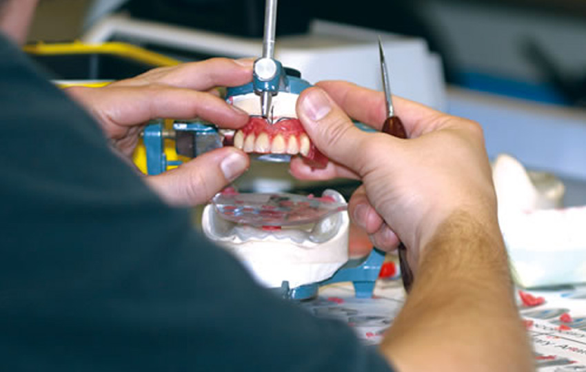dis teknisyeni2 - Silikozis hastalığına yakalanan diş teknisyeni: Doktor 200 TL daha fazla kazansın diye ölüyor teknisyenler!