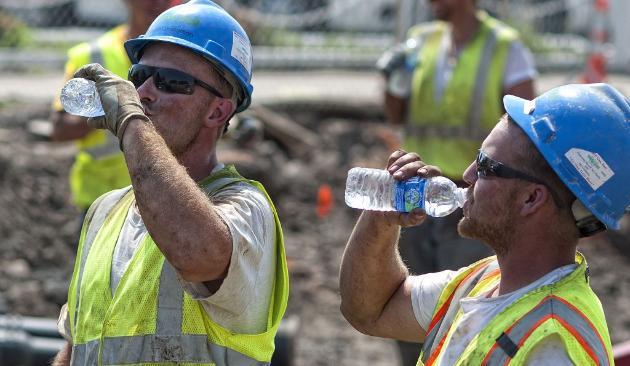 constructions workers drinking water - İklim Değişikliği Tüm İş Kollarındaki İşçilerin Sağlığını Etkiliyor